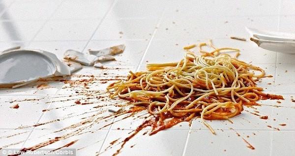 Loại bỏ đồ ăn rơi vãi trên ghế ngay sau khi ăn